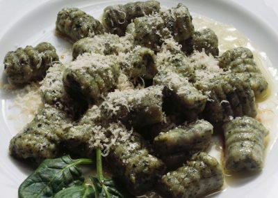 Gnocchi di cavolo nero in salsa di arachidi e curcuma