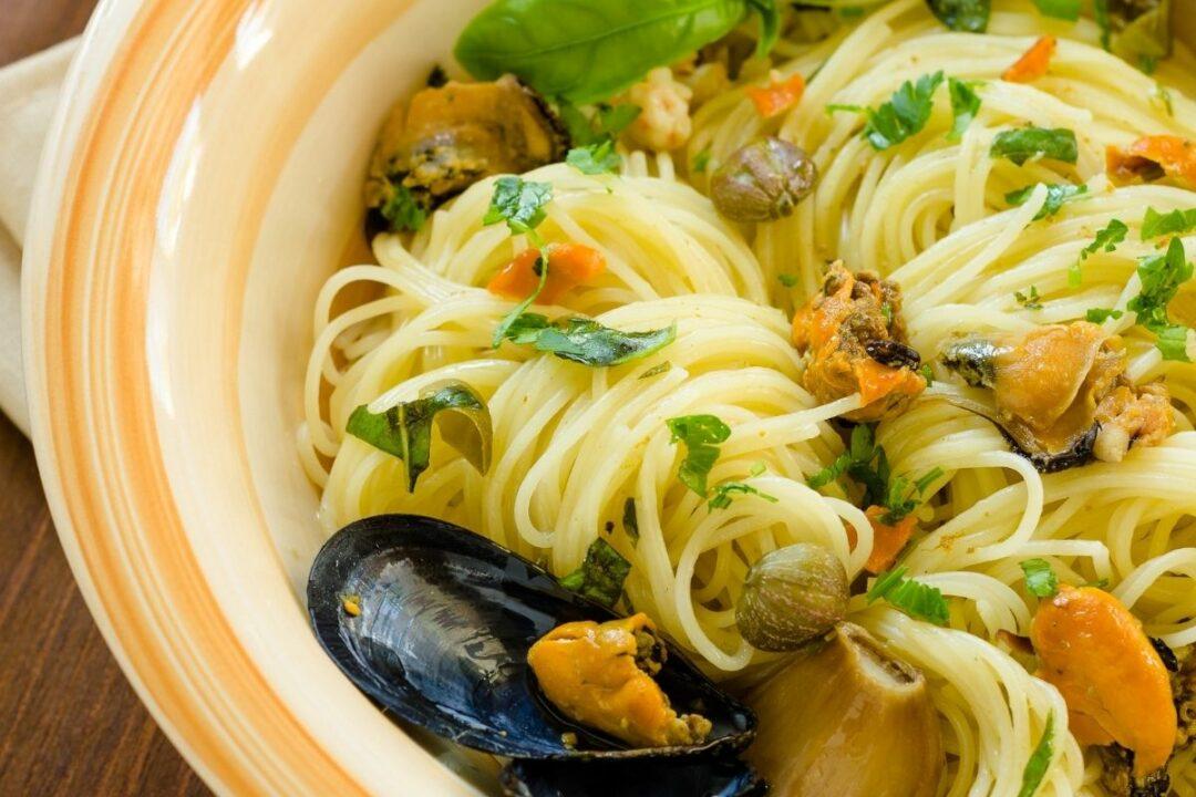 spaghetti cozze acciughe capperi e olive taggiasche