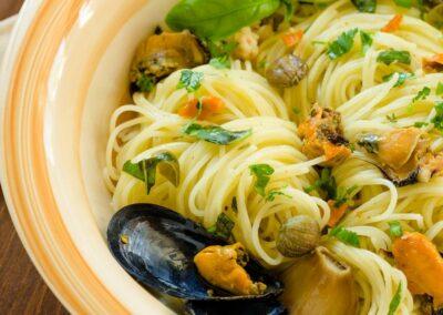 Spaghetti con cozze, acciughe, capperi e olive taggiasche